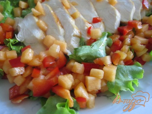 Салат с куриной грудкой, дыней и сладким перцем