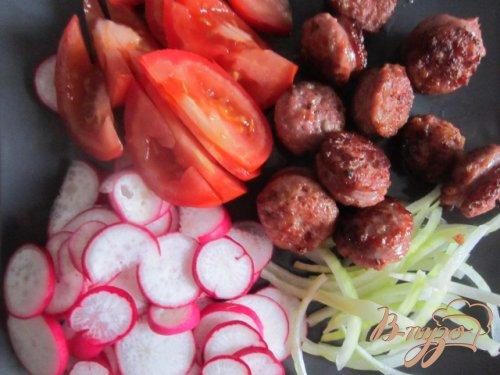 Салат с овощами и обжаренными сардельками