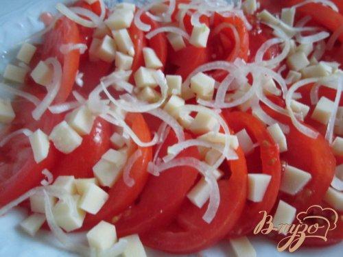 Салат из помидор с сыром и чесночными чипсами