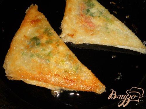 Брик с сыром, зеленью и яйцом
