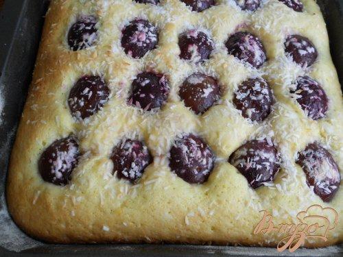 Пирог со сливами и кокосовой глазурью