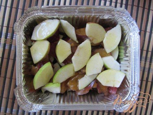 Запеченные яблоки со сливами