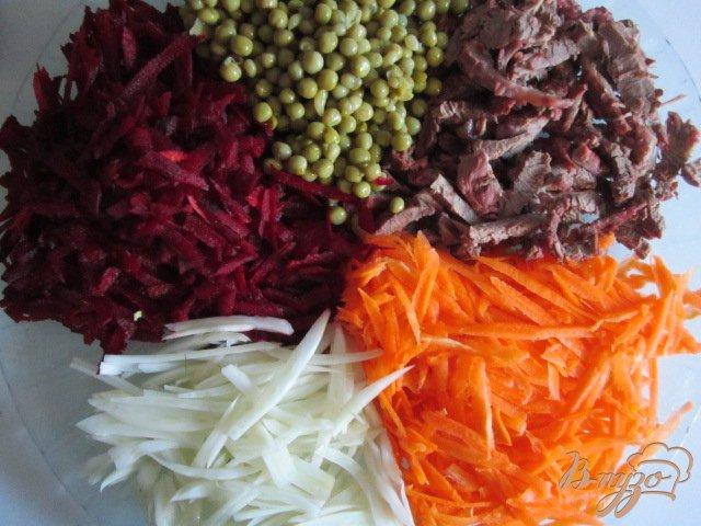 Фото приготовление рецепта: Салат с сырой свеклой шаг №5