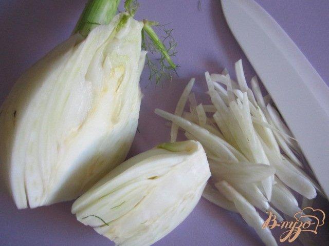 Фото приготовление рецепта: Салат с сырой свеклой шаг №4