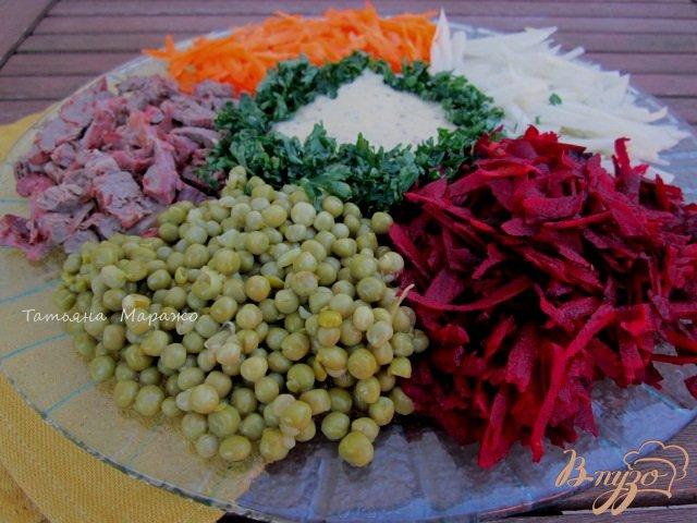 Фото приготовление рецепта: Салат с сырой свеклой шаг №8