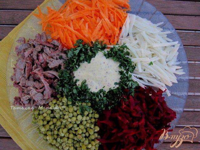 Фото приготовление рецепта: Салат с сырой свеклой шаг №7