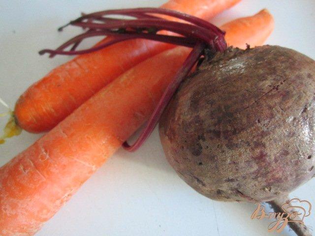 Фото приготовление рецепта: Салат с сырой свеклой шаг №1