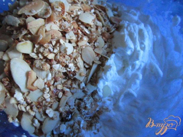 Фото приготовление рецепта: Десерт со взбитыми сливками и персиками шаг №5