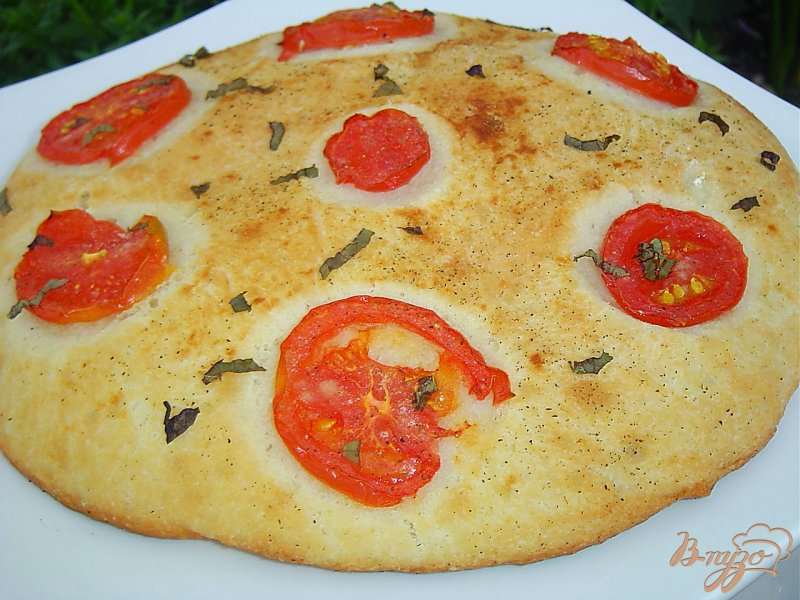 Фото приготовление рецепта: Великолепная лепешка с помидорами шаг №8