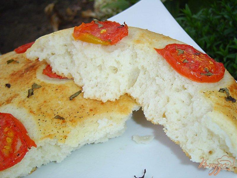 Фото приготовление рецепта: Великолепная лепешка с помидорами шаг №9