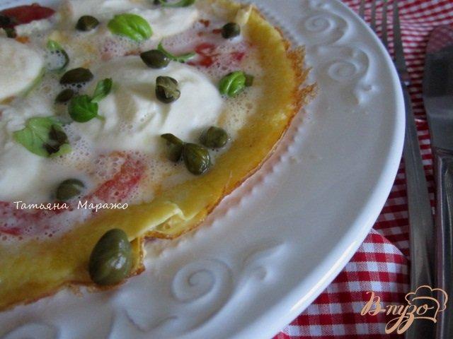 Фото приготовление рецепта: Омлет с томатами и моцареллой шаг №7