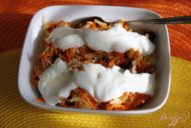 Фото приготовление рецепта: Морковный салат с яблоками, сухофруктами и овсяными хлопьями шаг №5