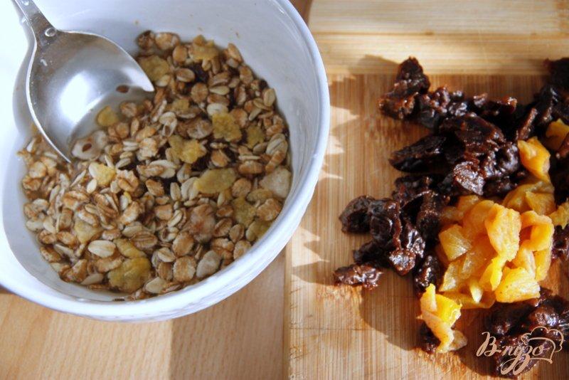 Фото приготовление рецепта: Морковный салат с яблоками, сухофруктами и овсяными хлопьями шаг №2