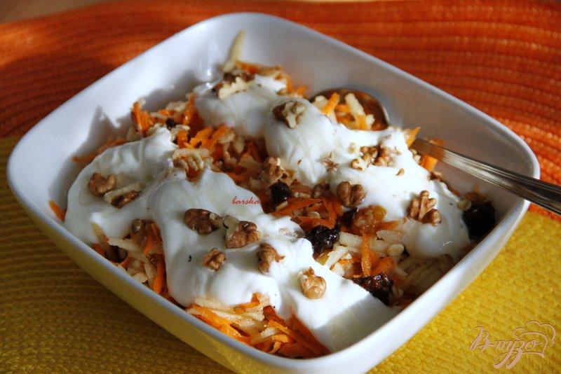 Фото приготовление рецепта: Морковный салат с яблоками, сухофруктами и овсяными хлопьями шаг №6