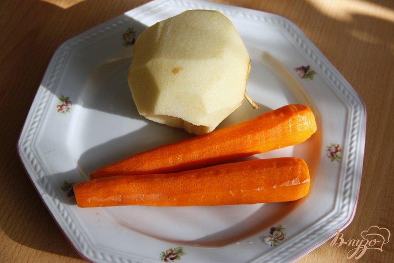 Фото приготовление рецепта: Морковный салат с яблоками, сухофруктами и овсяными хлопьями шаг №3