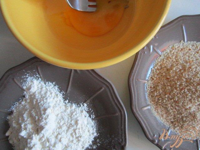 Фото приготовление рецепта: Сыр Камомбер в хрустящей корочке шаг №2