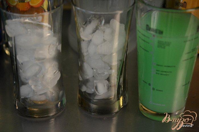 Фото приготовление рецепта: Коктейль с Кюрасао ликером шаг №2
