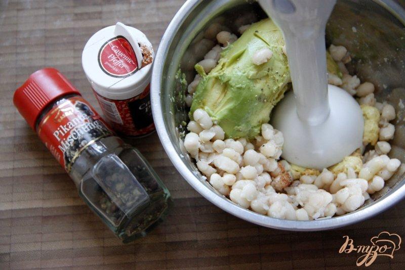 Фото приготовление рецепта: Гуакамоле из белой фасоли шаг №2
