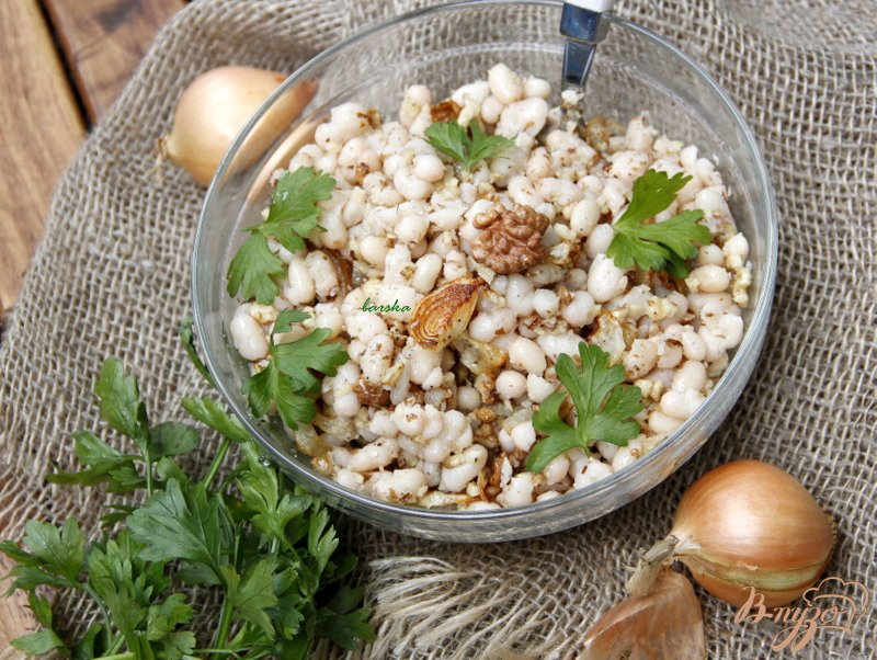 Фото приготовление рецепта: Салат из белой фасоли, лука и орехов шаг №5