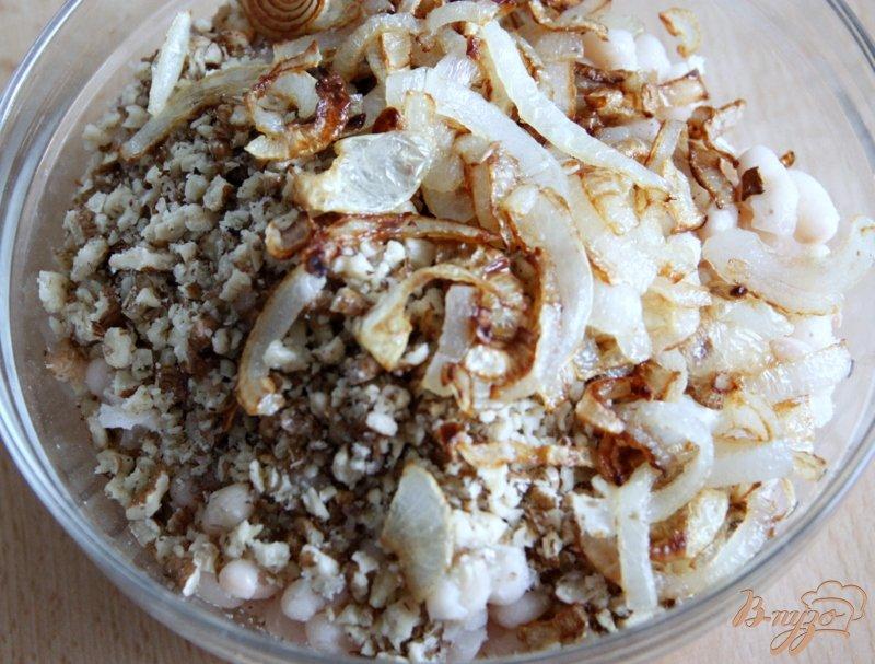 Фото приготовление рецепта: Салат из белой фасоли, лука и орехов шаг №4
