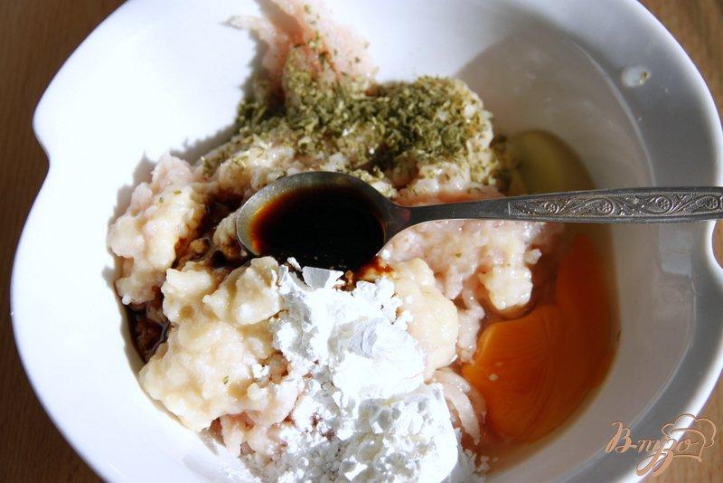 Фото приготовление рецепта: Куриные котлетки с яблочком шаг №1
