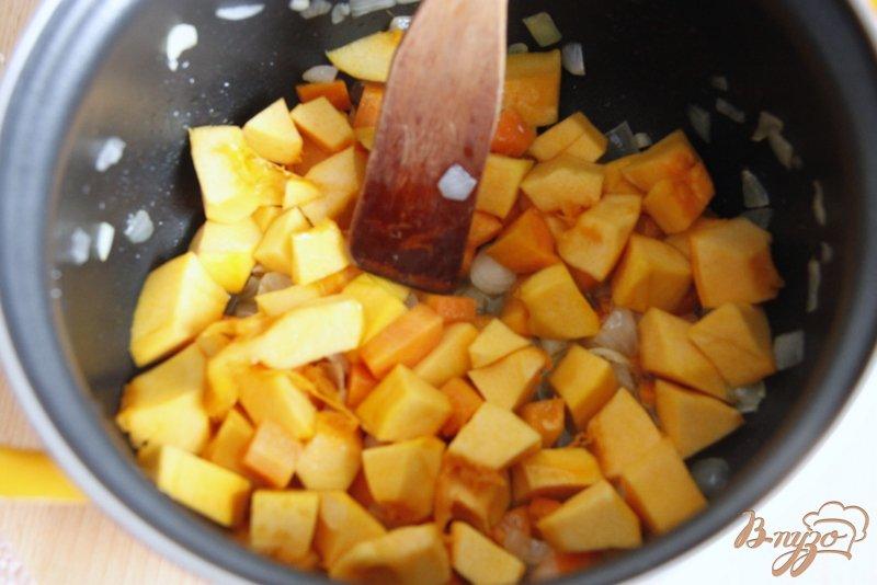 Фото приготовление рецепта: Суп пюре из тыквы и красной чечевицы шаг №3