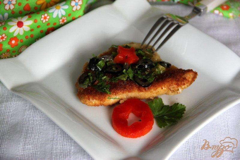Фото приготовление рецепта: Шницели из индейки под соусом из каперсов маслин и петрушки шаг №6