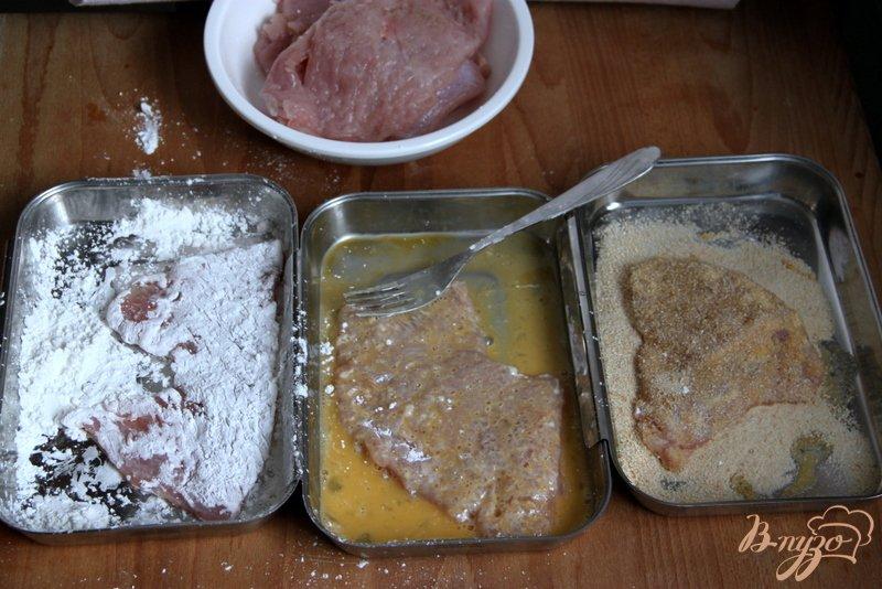 Фото приготовление рецепта: Шницели из индейки под соусом из каперсов маслин и петрушки шаг №2