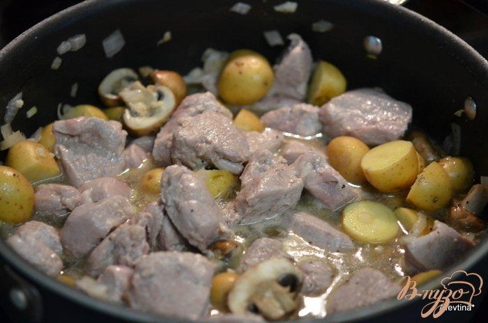 Фото приготовление рецепта: Ужин с картофелем и свининой шаг №3