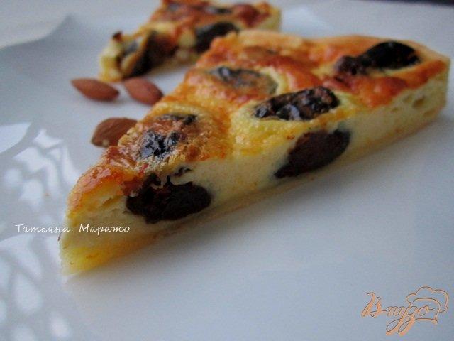 Фото приготовление рецепта: Открытый пирог с черносливом и миндалем шаг №7