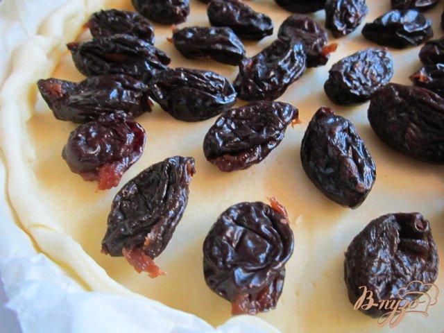 Фото приготовление рецепта: Открытый пирог с черносливом и миндалем шаг №3
