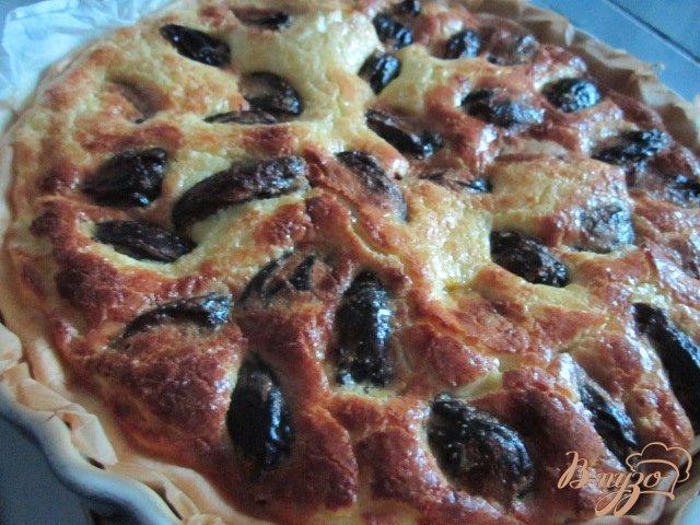 Фото приготовление рецепта: Открытый пирог с черносливом и миндалем шаг №6