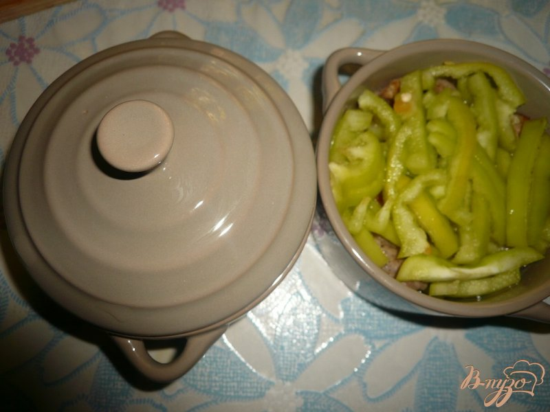 Фото приготовление рецепта: Свинина с болгарским перцем запеченная в горшочках шаг №5