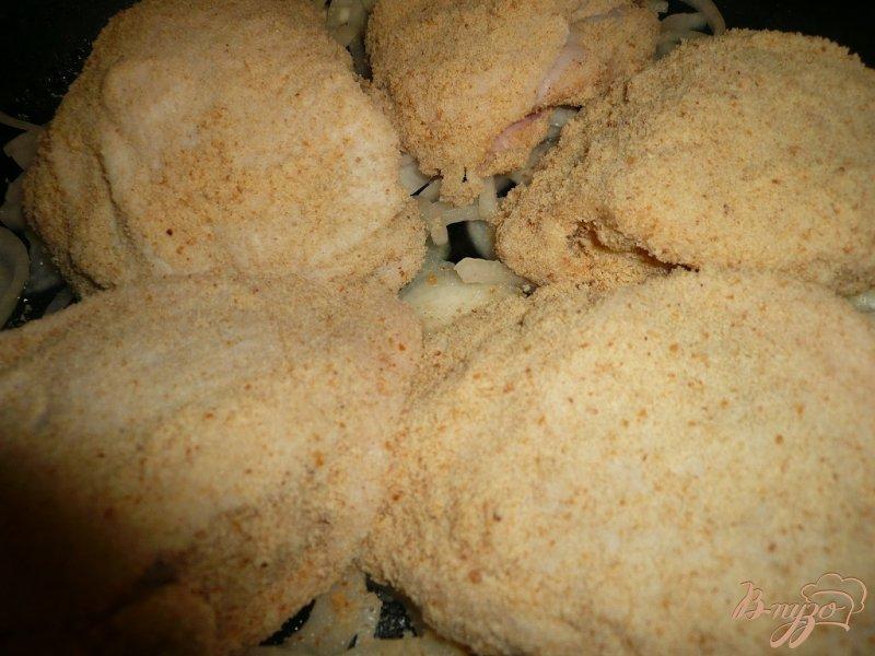 Фото приготовление рецепта: Куриные бедра запеченные в панировке шаг №9