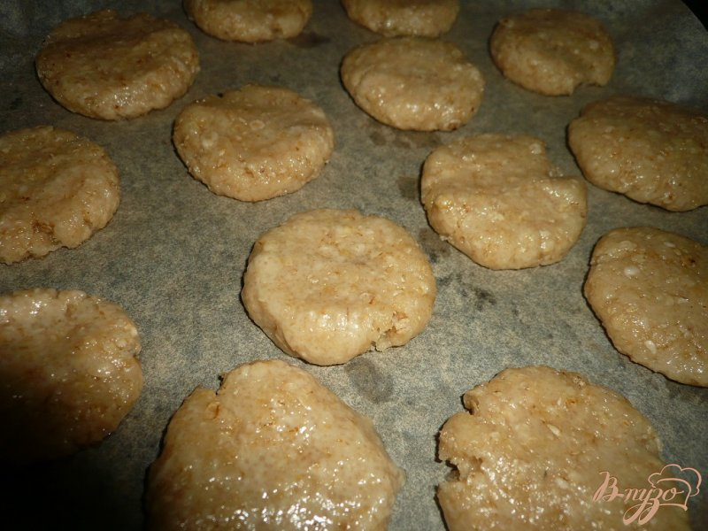 Фото приготовление рецепта: Хрустящее овсяное печенье шаг №8