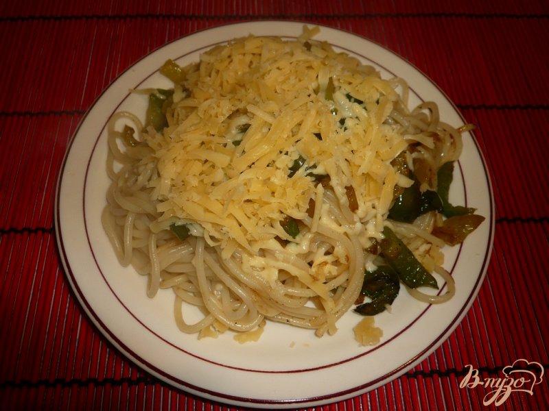 Фото приготовление рецепта: Макароны с болгарским перцем и сыром шаг №4