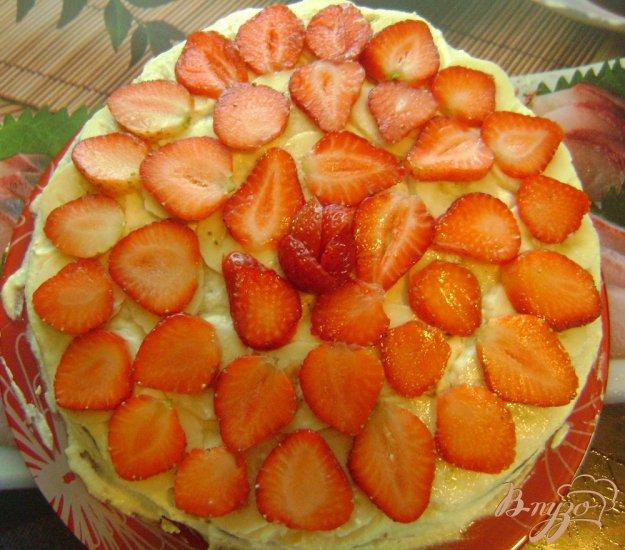 Рецепт Бисквитный торт с бананами и клубникой