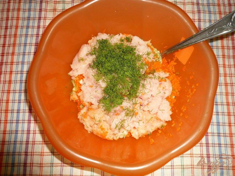 Фото приготовление рецепта: Нежные куриные котлетки с кабачком и морковью шаг №3