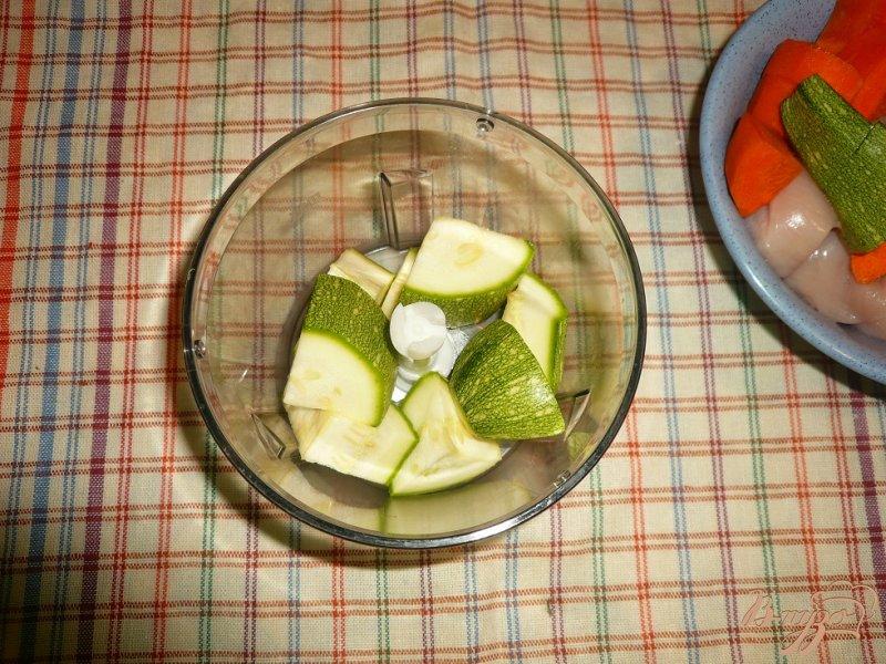 Фото приготовление рецепта: Нежные куриные котлетки с кабачком и морковью шаг №2