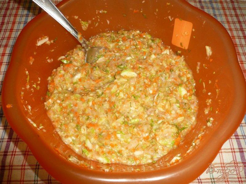 Фото приготовление рецепта: Нежные куриные котлетки с кабачком и морковью шаг №5