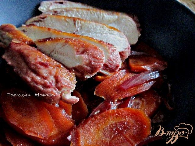 Фото приготовление рецепта: Куриные грудки с морковью в вишневом соке шаг №6