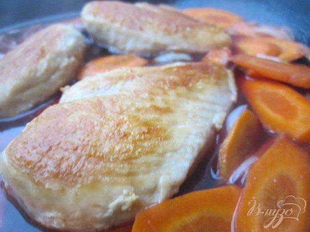 Фото приготовление рецепта: Куриные грудки с морковью в вишневом соке шаг №4