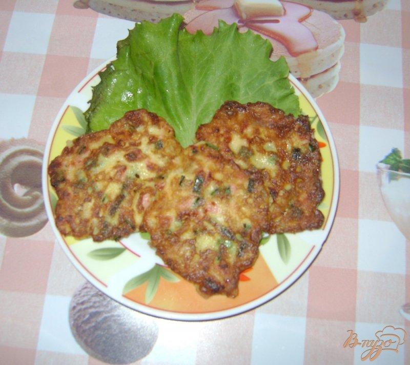 Фото приготовление рецепта: Оладьи с луком и колбасой шаг №5