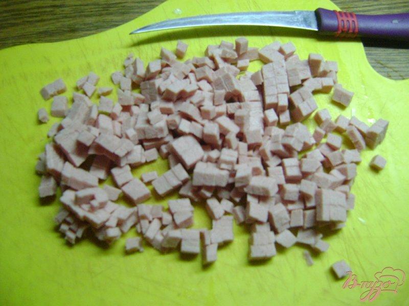 Фото приготовление рецепта: Оладьи с луком и колбасой шаг №1