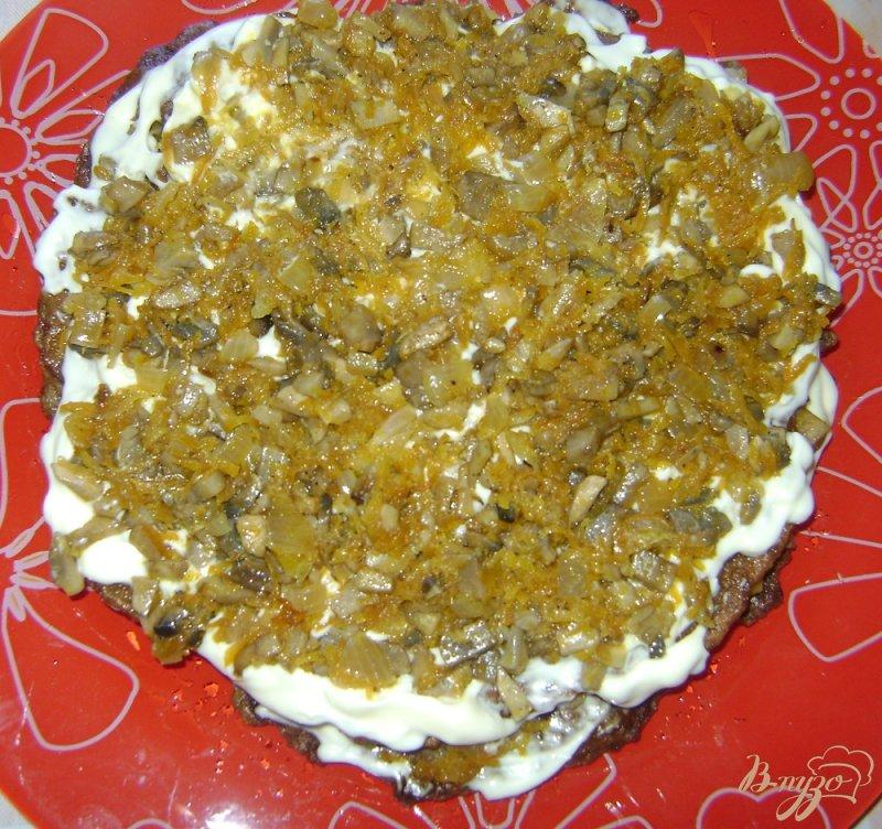 Фото приготовление рецепта: Печеночный торт с шампиньонами шаг №7