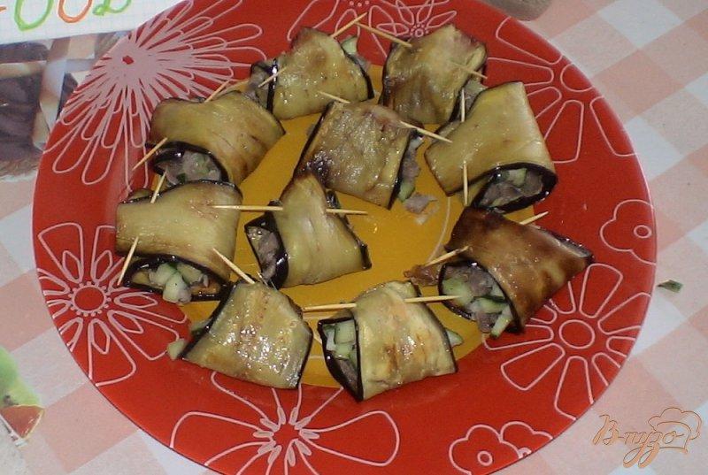 Фото приготовление рецепта: Рулетики из баклажанов с соусом цацики шаг №9