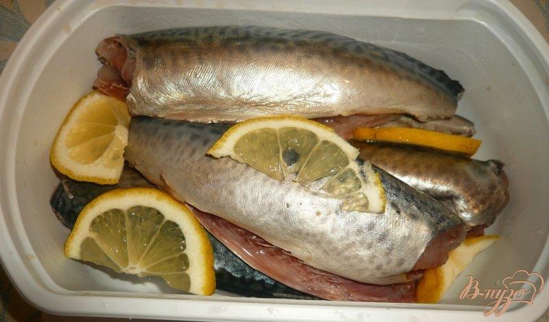 Фото приготовление рецепта: Скумбрия в фольге, с лимоном и луком шаг №2