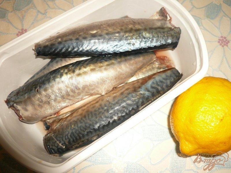 Фото приготовление рецепта: Скумбрия в фольге, с лимоном и луком шаг №1