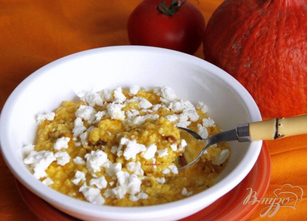 фото рецепта: Пшенная каша с тыквой, вялеными томатами и  брынзой