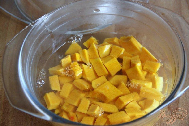 Фото приготовление рецепта: Пшенная каша с тыквой, вялеными томатами и  брынзой шаг №2